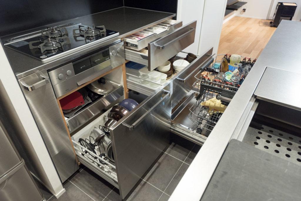 収納たっぷりの使いやすいキッチンキャビネット