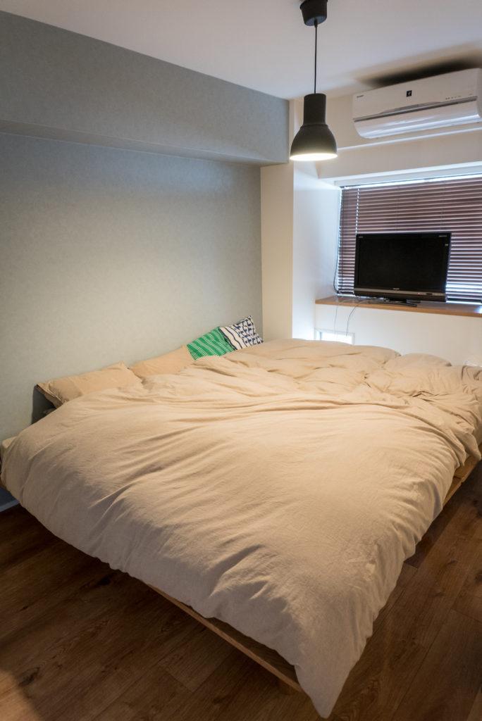 ムードのある照明の寝室