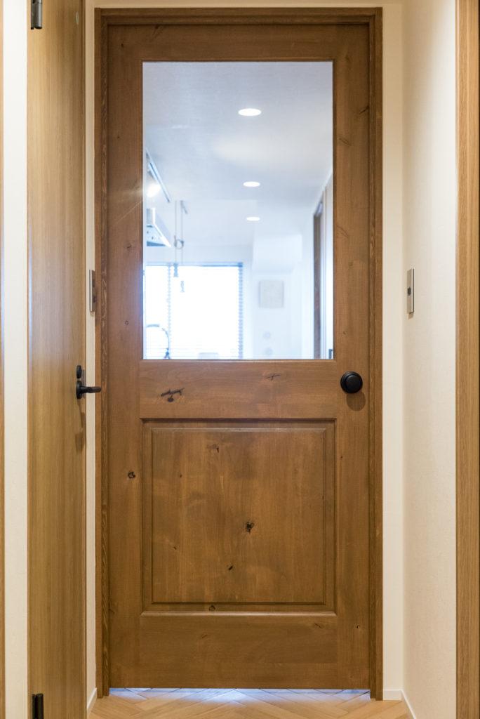 廊下とリビングのおしゃれな造作ドア
