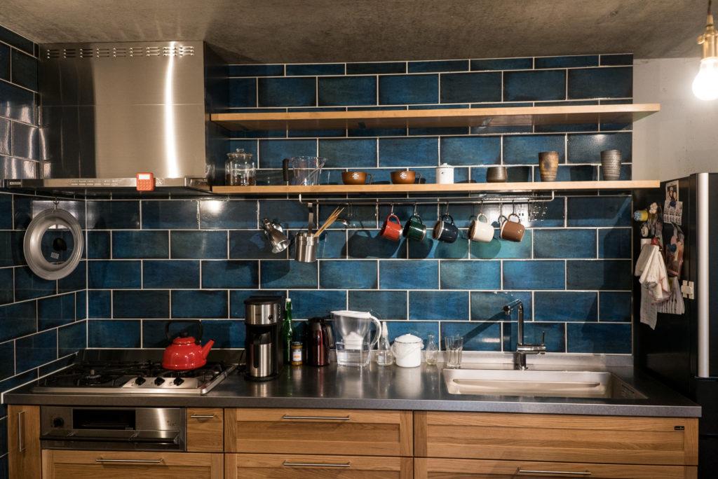 オープン棚とタイルの組みあわせでカフェ風のキッチンに