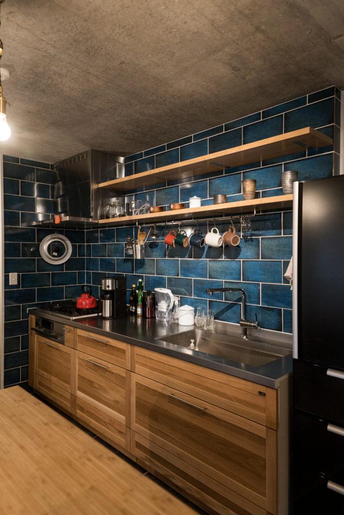 青いタイルが鮮やかなキッチン