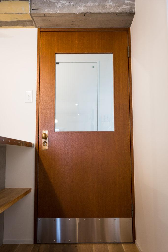 ベニヤ仕上げでレトロ感のあるドア