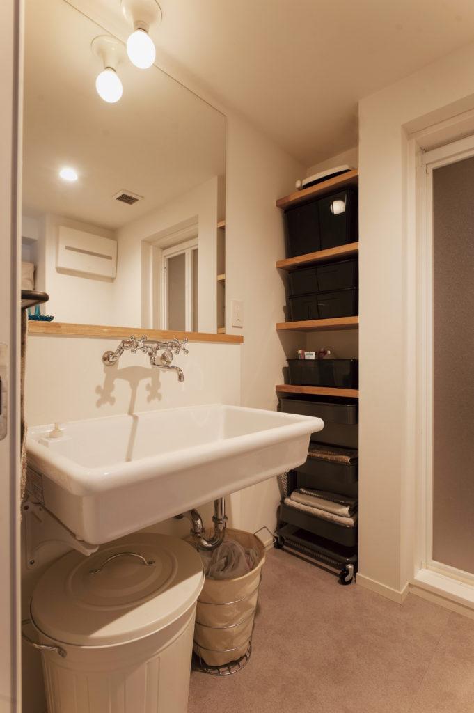 洗面化粧台脇の造作オープン棚