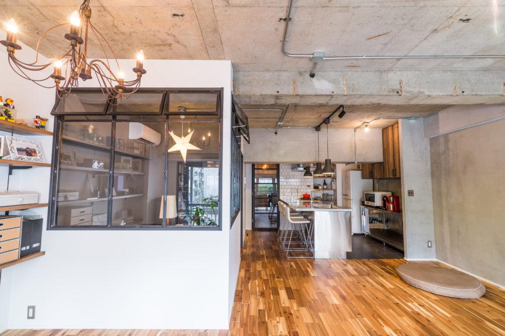 フローリングとコンクリート天井の組み合わせ