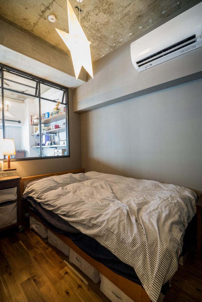室内窓で明るくなった寝室