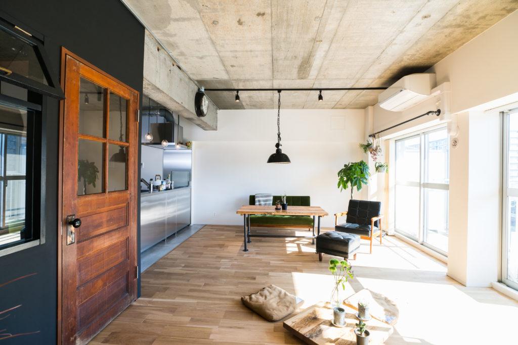 コンクリート天井のリビング