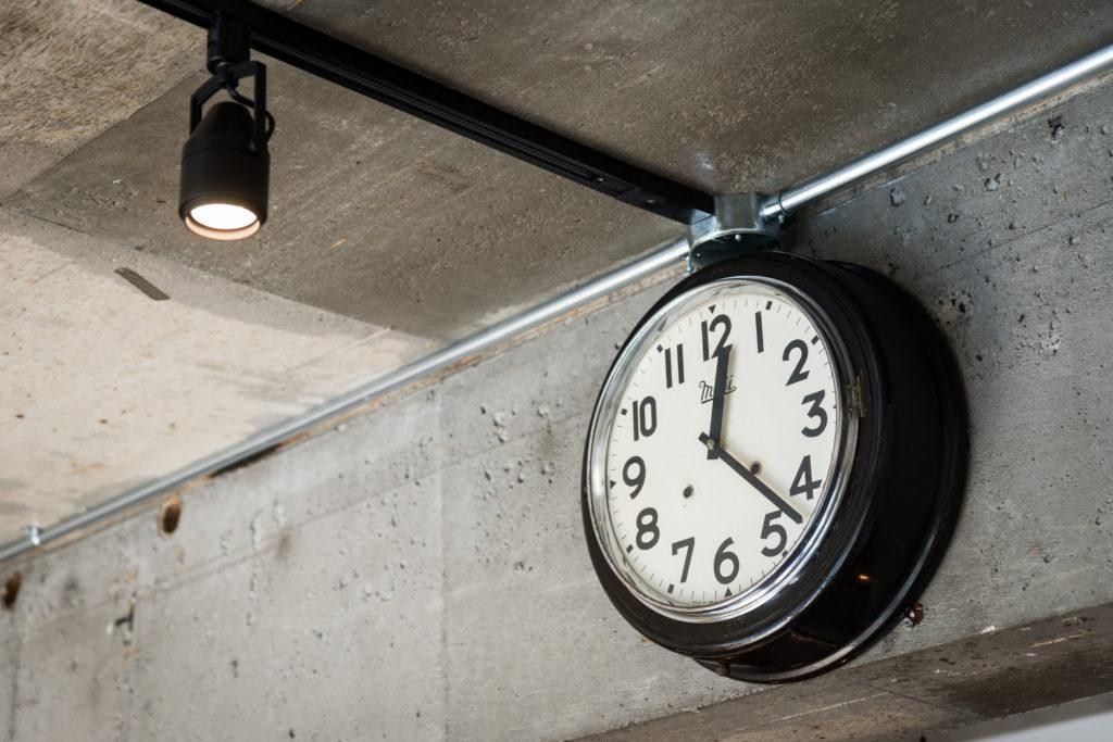 スケルトン天井とアナログ時計