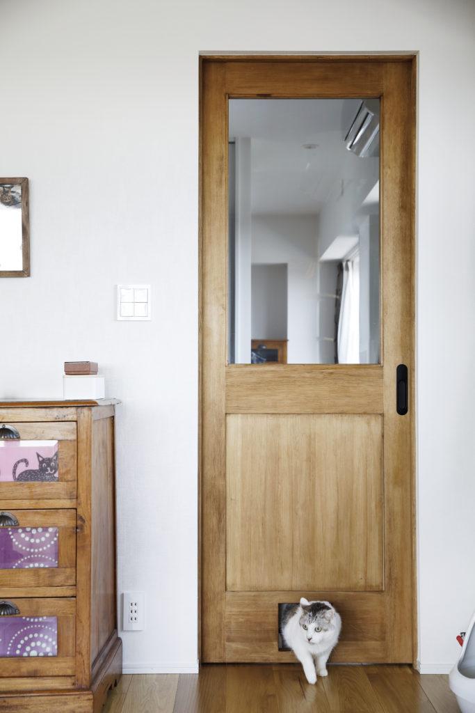 猫用の出入り口を設けたドア