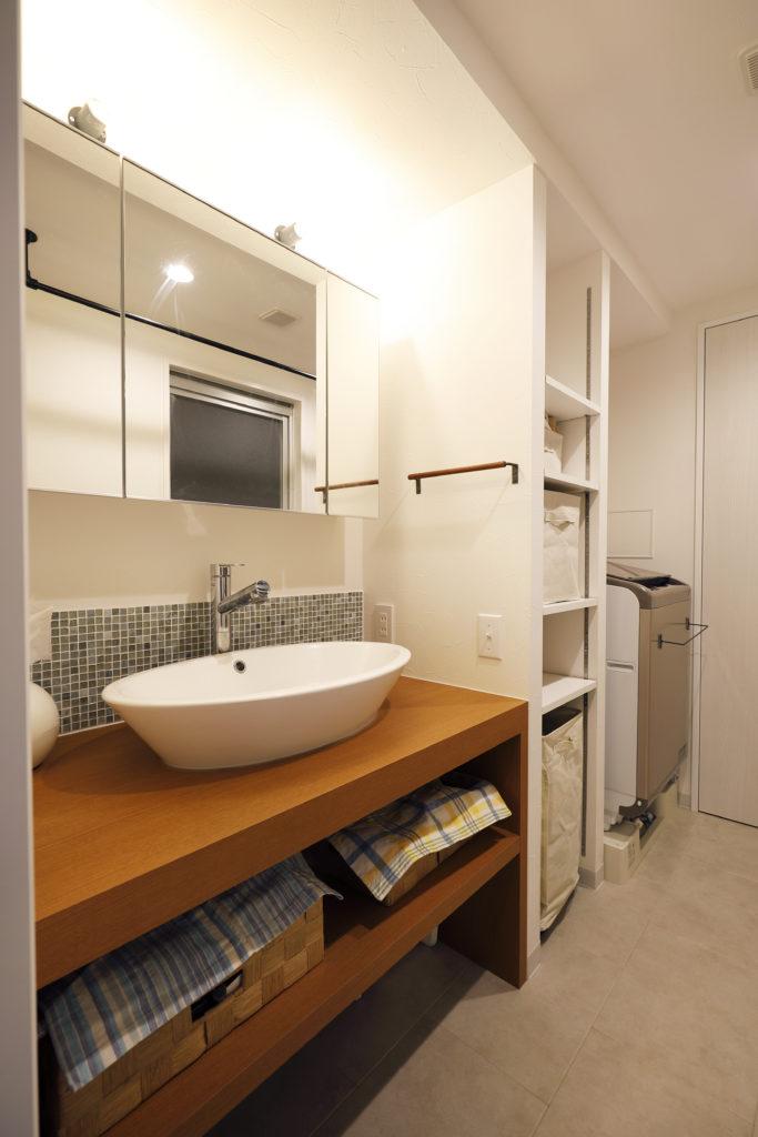 ウッドカウンターと丸いボウルの洗面台