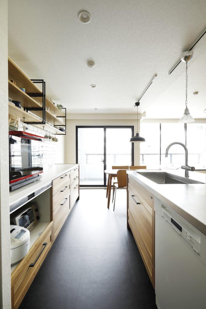 キッチンとカップボードも木目でトータルコーディネート