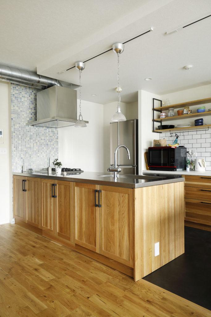 北欧風タイルが映える木製キッチン