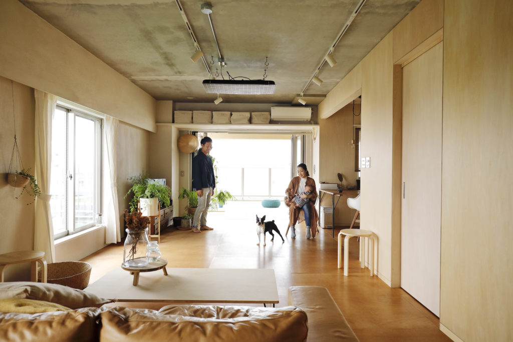 コンクリート天井とベニヤ仕上げのマンション内装