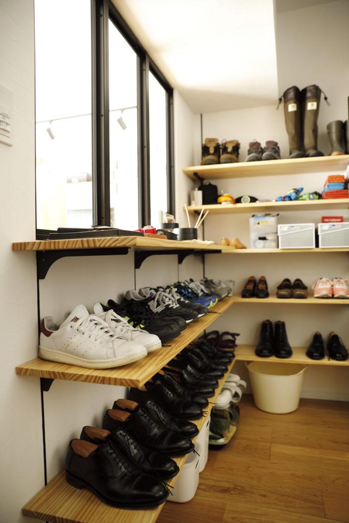 たっぷり靴をしまえる玄関の棚
