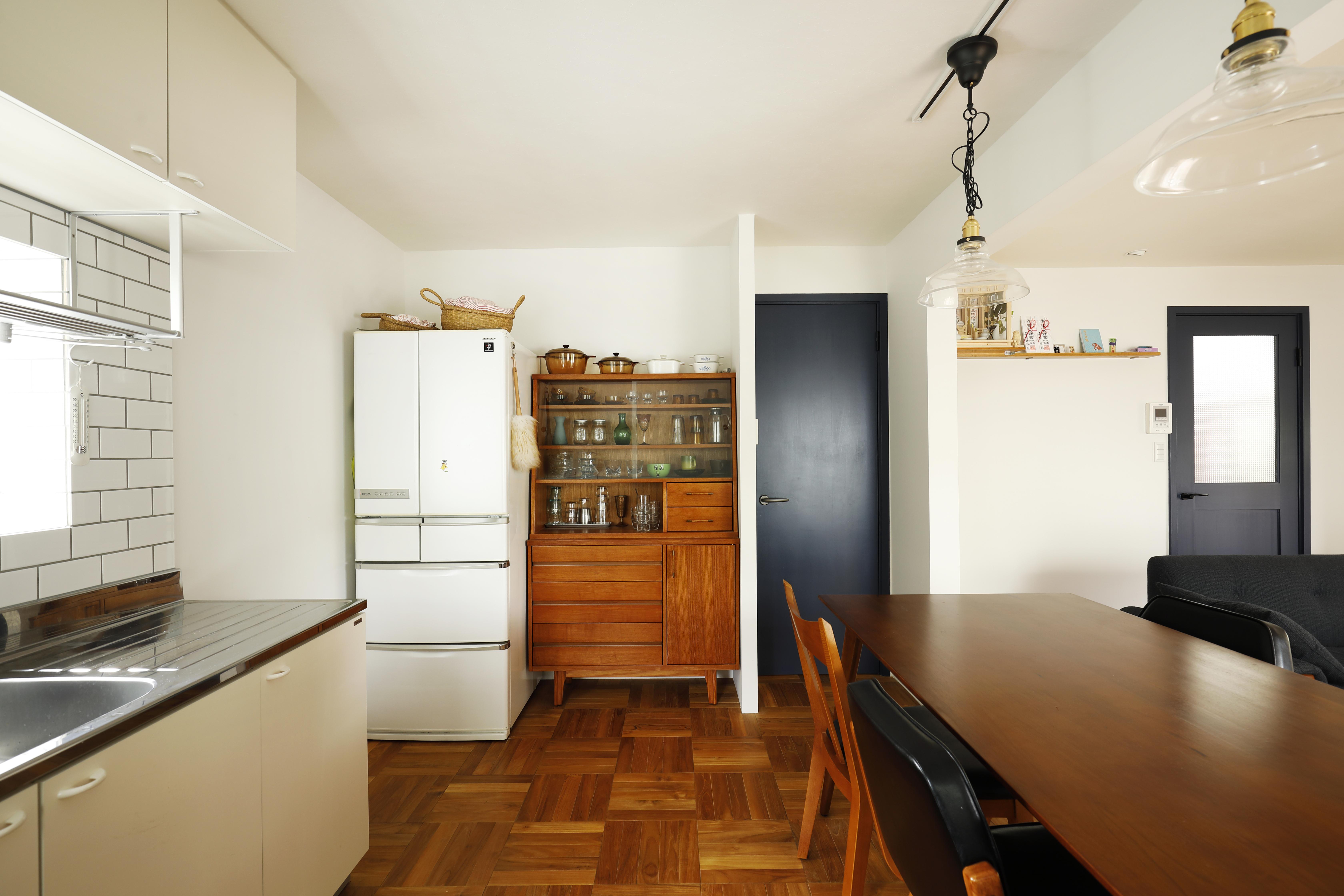 レトロ感溢れる食器棚