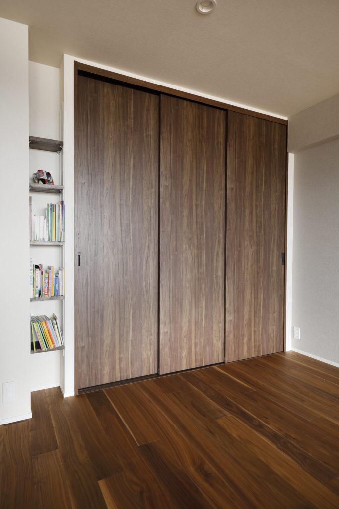 壁厚を利用したシンプルな可動棚