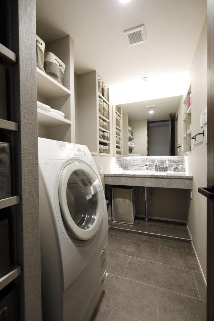 便利なオープン収納の洗面所