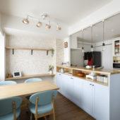 ブルーのキッチンがポイント!北欧インテリア