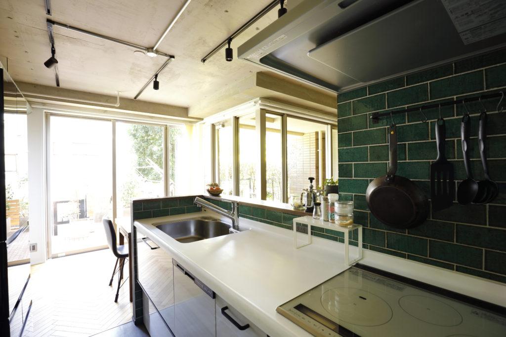人工大理石ワークトップのキッチン
