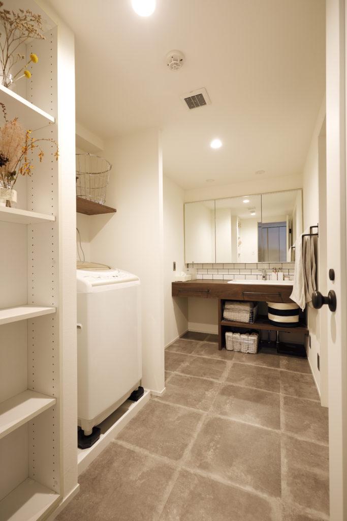 壁厚収納のある広い洗面所