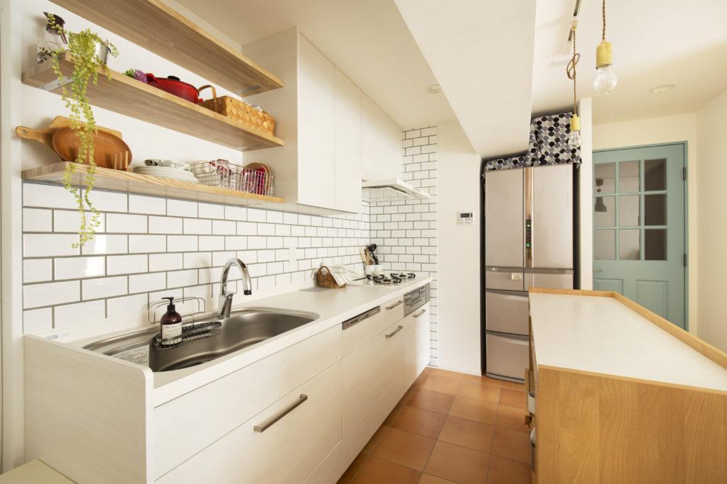 ホワイトでまとめた人工大理石キッチン