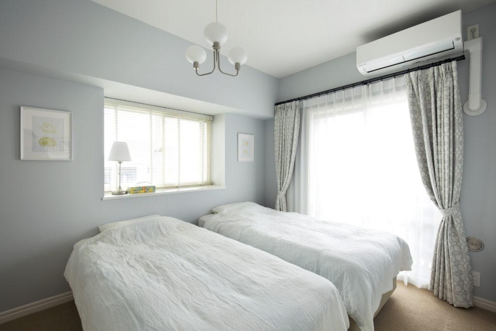 2つの窓から自然光が入る寝室
