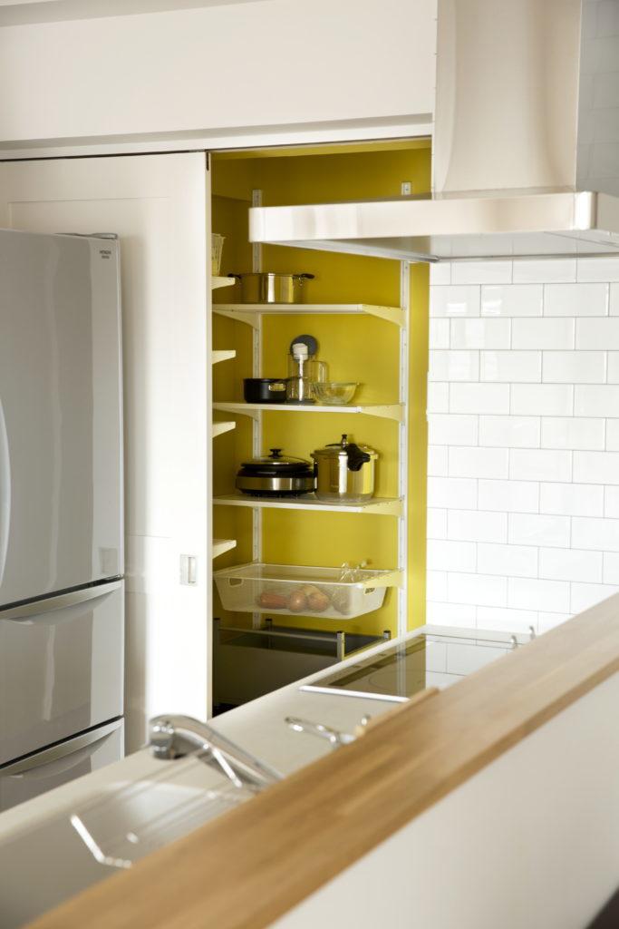キッチン横の便利なパントリー