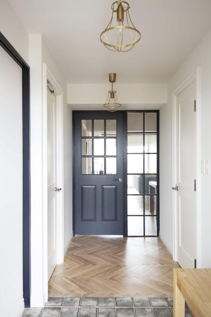 玄関から見たおしゃれな内装ドア