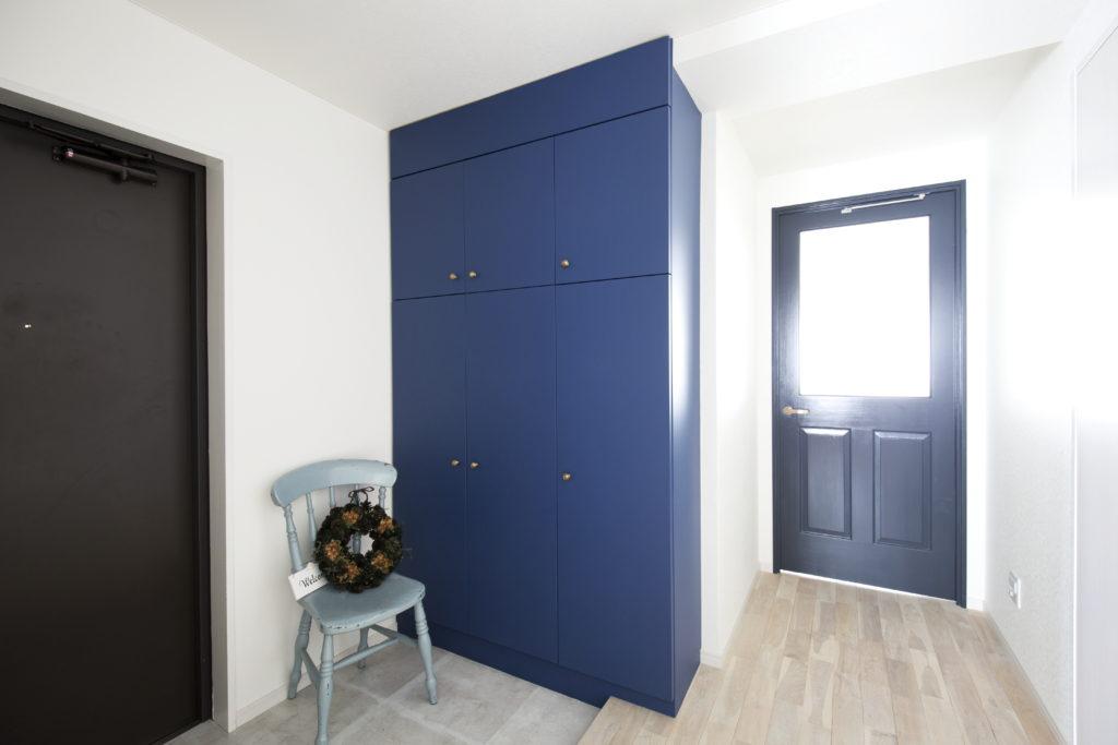 ブルーのシューズボックスがおしゃれな玄関
