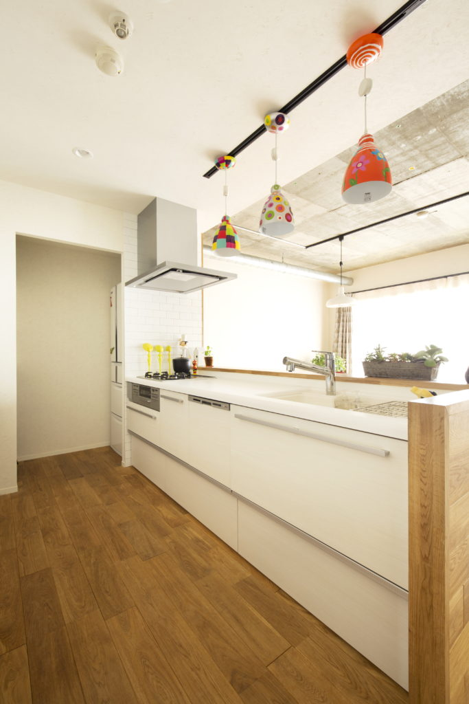 冷蔵庫を奥に隠すキッチンレイアウト