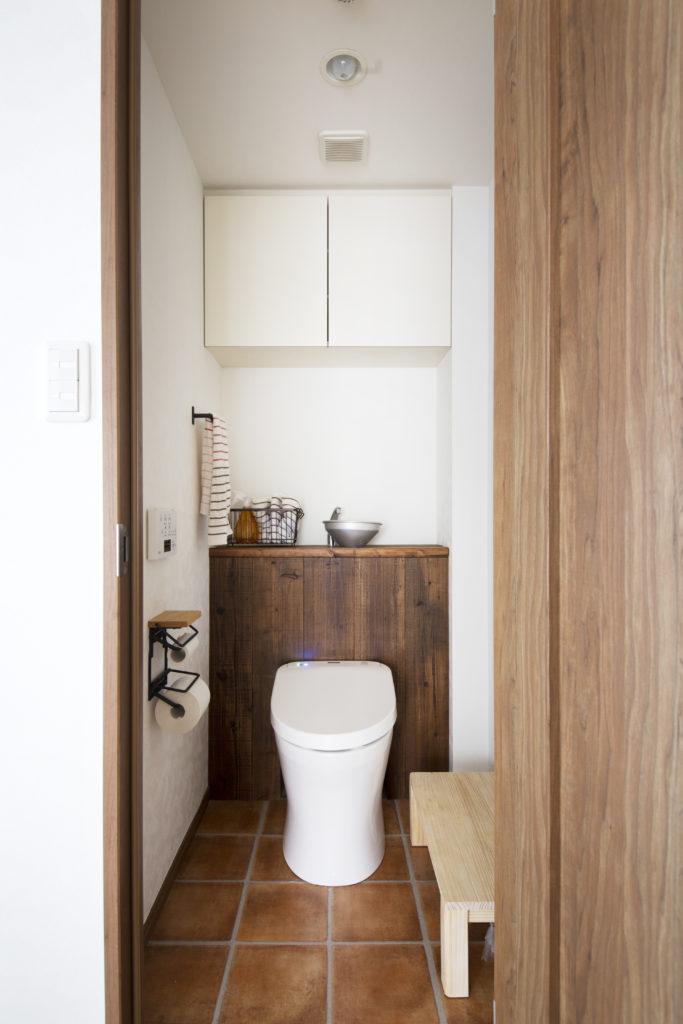 タイル床のトイレ