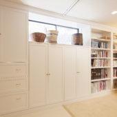 白いアイランドキッチンが主役の大人の家