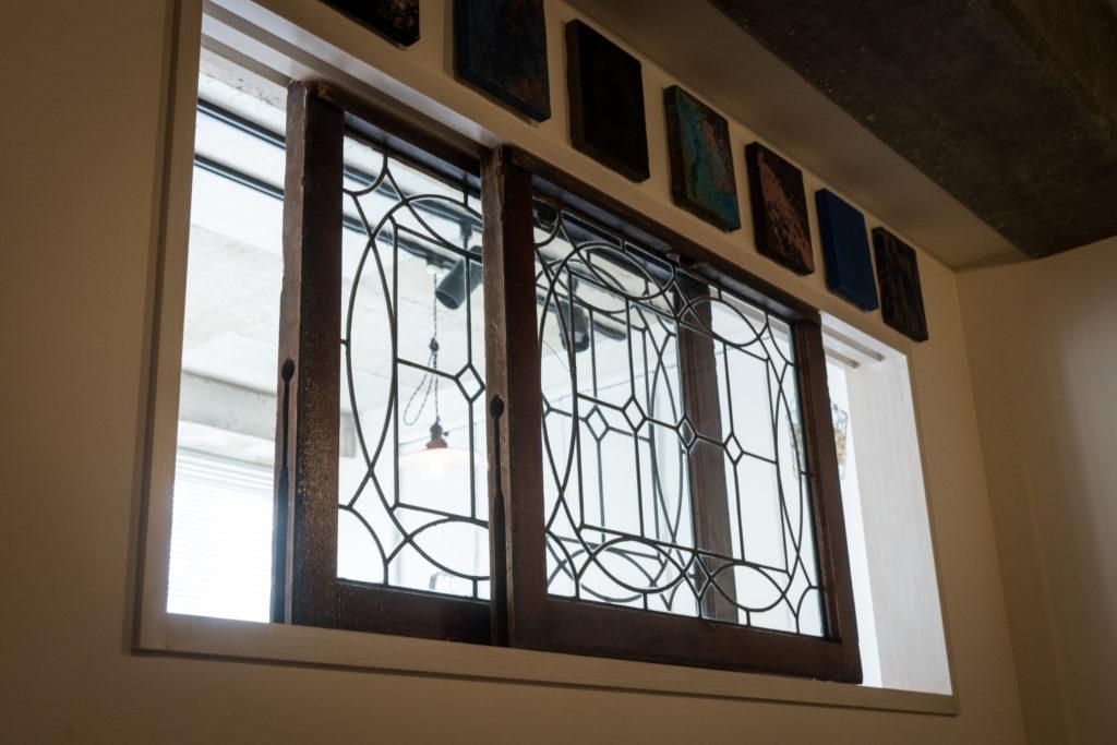 リビングから寝室に光を通す室内窓
