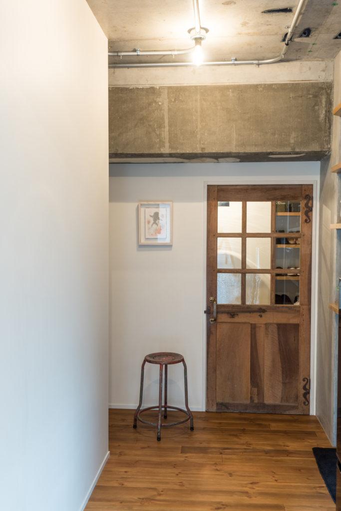 コンクリート天井と梁の露出配管
