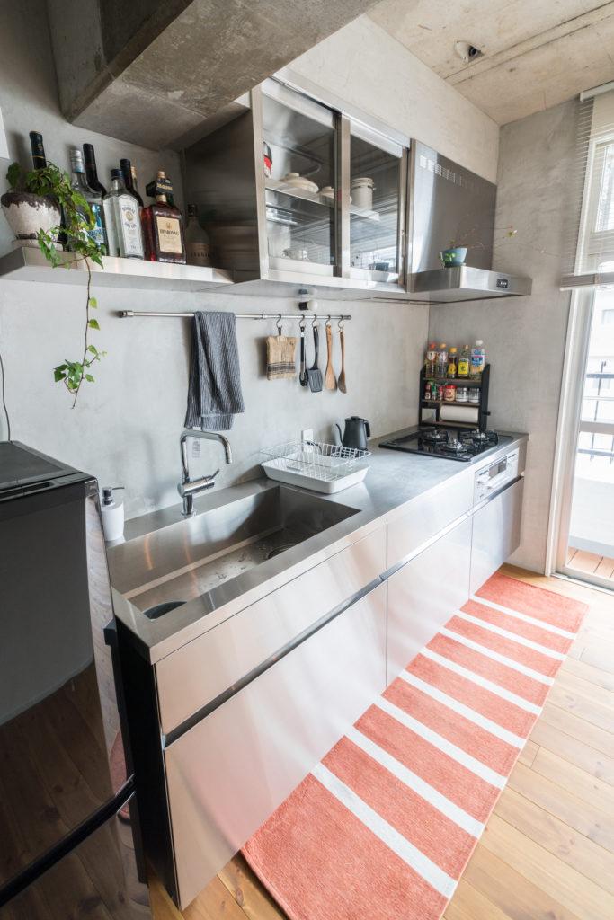 コンクリート壁とステンレスキッチンの組み合わせ