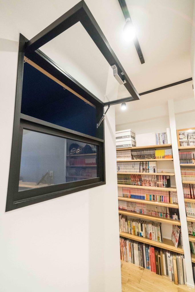 本屋のような廊下の可動棚