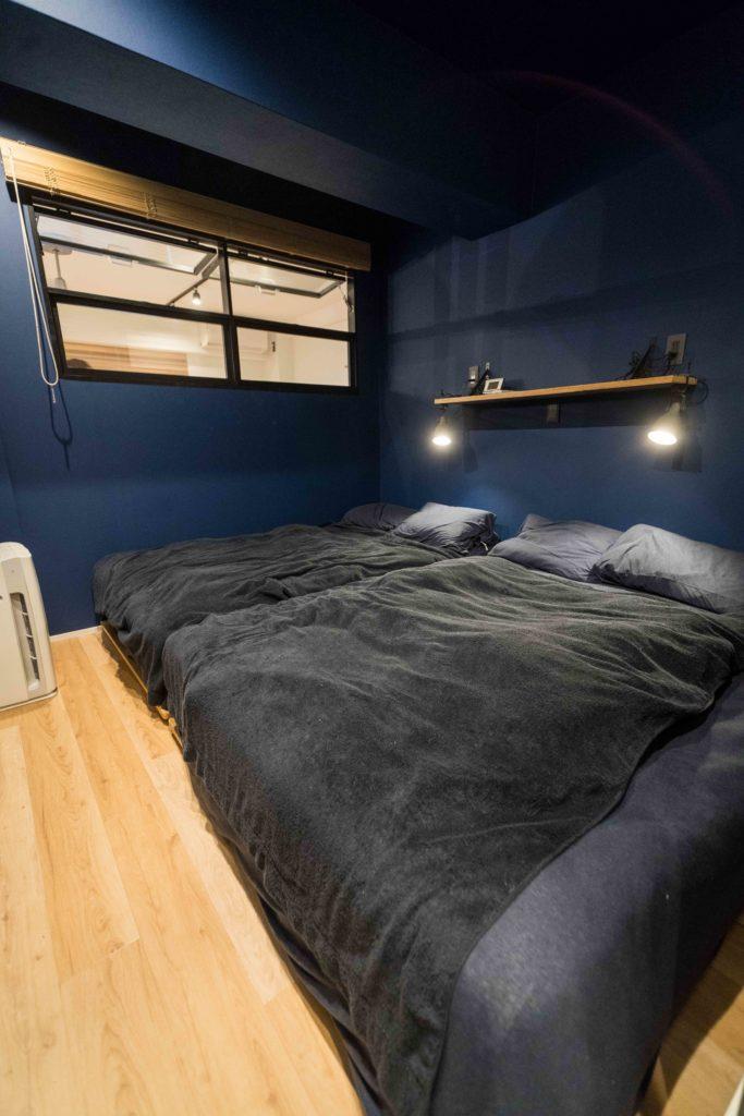 室内窓のある寝室