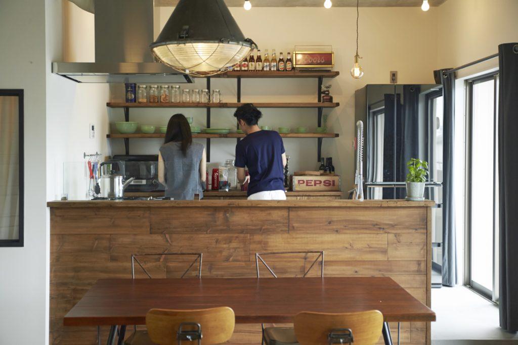 オープン棚のあるキッチン