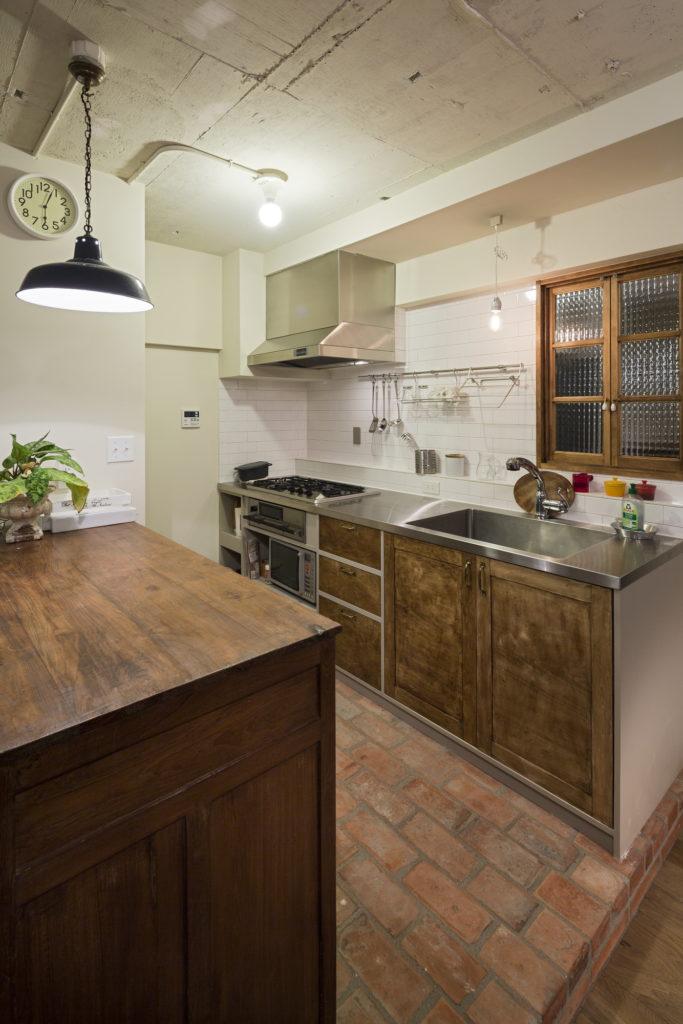 レンガ床のキッチン