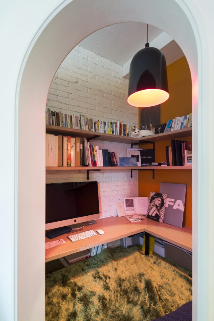 PCモニタとキーボード、書籍類が美しく収納できる造作のデスクと本棚