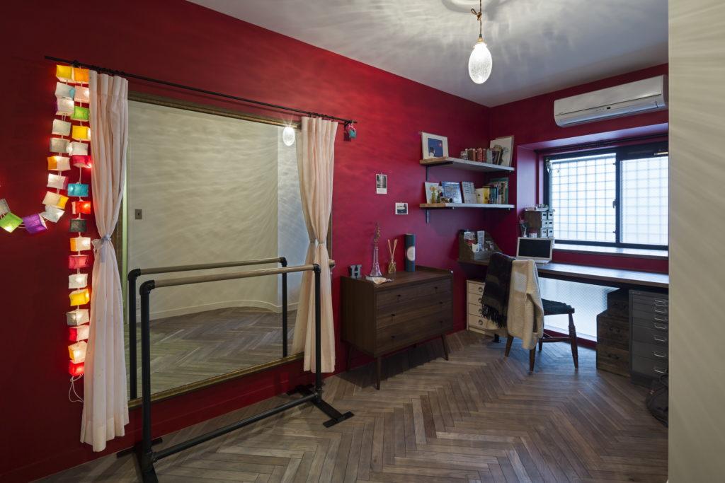 赤い壁が印象的な家事室